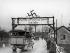 Affiche électorale national-socialiste pour le référendum du 10 avril 1938 au sujet de l'Anschluss  à l'entrée d'un village autrichien. Autriche, 2 avril 1938. © Imagno/Roger-Viollet