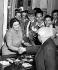 Golda Meir (1898-1978), femme politique israélienne, membre du parti travailliste, félicitée par son personnel, 1er décembre 1947. © TopFoto/Roger-Viollet