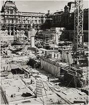 Construction site of the new Louvre with the bases of the Pyramid designed by Chinese-born American architect Ieoh Ming Pei (1917-2019). Paris (Ist arrondissement), Summer 1986. Photograph by Edith Gérin (1910-1997). Bibliothèque historique de la Ville de Paris. © Edith Gérin / BHVP / Roger-Viollet