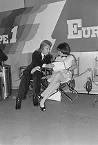 Claude François (1939-1978) and Mireille Mathieu (born in 1946), French singers, at the Europe 1 radio station in Paris, circa 1975. © Jacques Cuinières / Roger-Viollet