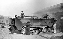 """World War I. Painting and camouflaging a """"St Chamond"""" tank, 1917. © Roger-Viollet"""
