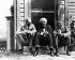 De gauche à droite : Henry Ford, Thomas A. Edison et Harvey S. Firestone, sur le pas de la porte du laboratoire de Thomas A. Edison. Fort Meyers (Floride), 15 mars 1931. © TopFoto / Roger-Viollet