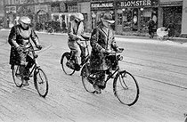 Guerre 1939-1945. Hommes à bicyclette sous la neige, pendant l'occupation de Copenhague (Danemark).  © Erik Petersen/Polfoto/Roger-Viollet