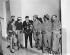 Alejandro Saavedra (au centre) examinant l'un des fusils utilisés par les guérilleras. De g. à dr. : Tete Puebla, Adabella Apointe, Isabel Rielo, Olga Guevar et Lillia Rielo. La Havane (Cuba), janvier 1959.  © Saavedra/The Image Works/Roger-Viollet