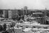 Le quartier Hansaviertel. De gauche à droite : immeubles de Hugo Alvar Henrik Aalto, Pierre Vago, Walter Gropius, la tour de Klaus Müller-Rehn et Gerhard Siegmann, et l'église catholique St. Ansgar de Willy Kreuer. Berlin (Allemagne), 1958. © Ullstein Bild / Roger-Viollet