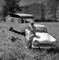 Presentation of the Aronde Simca P 60 towing a caravan, in Monte Carlo, on August 30, 1958. © Roger-Viollet