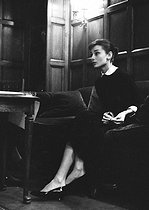 Audrey Hepburn (1929-1993), British actress, at the bar of the Hôtel Raphaël. Paris (XVIth arrondissement), 1956.  © Bernard Lipnitzki / BLI / Roger-Viollet