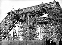 Construction of the Eiffel Tower. Paris, on January 28, 1888. Photograph by Henri Roger (1869-1946). © Henri Roger / Roger-Viollet