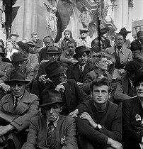 World War II. Liberation of Paris. Crowd listening to General de Gaulle's speech from the Chaillot palace. Paris (IXth arrondissement), Opéra Garnier, September 12, 1944. Photograph by Jean Roubier (1896-1981). © Fonds Jean Roubier/Roger-Vio
