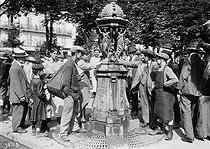 Passers-by quenching their thirst in a Wallace fountain, during a heat wave. Paris, June 1914. © Maurice-Louis Branger/Roger-Viollet