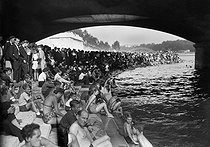 Parisians swimming in the river Seine, under the Pont d'Iena. Paris (VIIth arrondissement), August 1945. © LAPI/Roger-Viollet