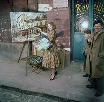 Young woman painting at the Butte Montmartre. Paris, circa 1960. © Roger-Viollet