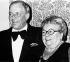 """Frank Sinatra (1915-1998), acteur et chanteur américain, avec sa mère, Natalie """"Dolly"""" Sinatra (1896-1977), qui décèdera dans un accident d'avion. 1976. © TopFoto / Roger-Viollet"""
