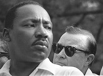 Marche de James Meredith à travers le Mississippi. Martin Luther King (1929-1968), pasteur américain et leader pour les droits civiques, et Walter Reuther (1907-1970), président de l'United Auto Workers (syndicat des ouvriers de l'industrie automobile). Mississippi (Etats-Unis), 1er juin 1966. © 1976 Matt Herron / Take Stock