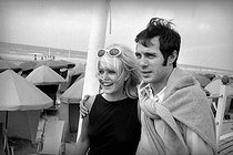 Sophie Daumier and Guy Bedos. Deauville (Calvados), 1965. © Noa / Roger-Viollet