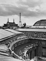 View of the Eiffel Tower from the roof of the Petit Palais. Paris (XVIth arrondissement), 1947. Photograph by René Giton (known as René-Jacques, 1908-2003). Bibliothèque historique de la Ville de Paris. © René-Jacques/BHVP/Roger-Viollet