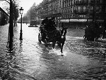 Floods of Paris, avenue Daumesnil (XIIth arrondissement), 1910. © Roger-Viollet