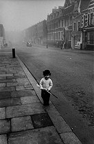 Young child on Christmas Day. London (England), 1958. © Jean Mounicq/Roger-Viollet