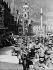 Anschluss. Entrée des troupes allemandes de la Wehrmacht à Innsbruck (Autriche), 12 mars 1938. © Ullstein Bild / Roger-Viollet