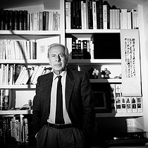 "Jean Daniel (1920-2020), French journalist and manager of ""Le Nouvel Observateur"", at his place. Paris, September 1986. © Kathleen Blumenfeld / Roger-Viollet"