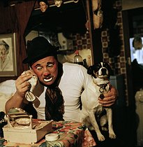 Pauwels circus. Marquis Pauwels, circus artist and Binic the dog. 1991. © Kathleen Blumenfeld/Roger-Viollet