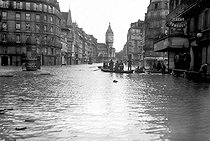 Floods of 1910 in Paris, rue de Lyon.     © Jacques Boyer/Roger-Viollet