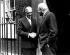John Foster Dulles, Secrétaire d'Etat américain prenant congé de Sir Anthony Eden (à g.), Premier ministre britannique, devant le 10 Downing Street, après avoir assisté à la Conférence sur le canal de Suez. Londres, 24 août 1956. © TopFoto / Roger-Viollet