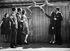 Edith Piaf (1915-1963), chanteuse française, rencontre des prisonniers de guerre français travaillant sur un chantier. Berlin (Allemagne), 1943. © Ullstein Bild/Roger-Viollet