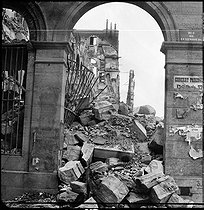 Paris Commune (1871). Perspective of an arch of the Ministry of Finance after the fire of May 23, 1871. Photograph by Hippolyte Blancard (1843-1924), June 1871. Detail of a stereoscopic view. Bibliothèque historique de la Ville de Paris. © Hippolyte Blancard/BHVP/Roger-Viollet