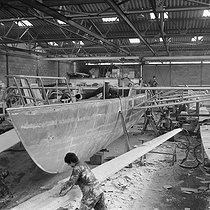 "Construction of the ""Pen Duick IV"", trimaran of Eric Tabarly later bought by Alain Colas and renamed ""Manureva"". Lorient shipyard (France), April 1968. © Jacques Cuinières / Roger-Viollet"