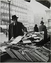Stall of a secondhand bookseller, boulevard de Bonne-Nouvelle (odd side). View towards the porte Saint-Denis. Paris, before 1940. Photograph by Jean Roubier (1896-1981). Bibliothèque historique de la Ville de Paris. © Jean Roubier/BHVP/Roger-Viollet