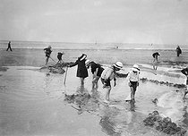 Children on the beach. Deauville (France), 1912. © Maurice-Louis Branger / Roger-Viollet