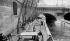 Matelassières sur les quais de la Seine, au pont Neuf. Paris, vers 1900. © Léon et Lévy / Roger-Viollet