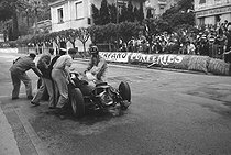 Grand Prix de Monaco. La BRM accidentée de Graham Hill. 29 mai 1960. © Roger-Viollet