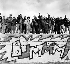Berlinois montés sur le mur de Berlin après sa chute, près de la porte de Brandebourg (Allemagne), 1990. © Ullstein Bild / Roger-Viollet