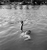 Scene of drowning. France, circa 1935. Composition by Gaston Paris (1903-1964). © Gaston Paris / Roger-Viollet