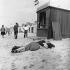 Couple enlacé sur une plage de Noordwijk (Pays-Bas), 1946. Photographie de Theo Frey (1908-1997). © Theo Frey/Fotostiftung Schweiz/KEYSTONE Suisse/Roger-Viollet