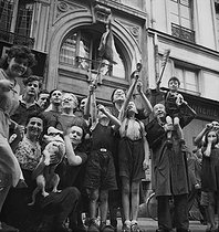 World War II. Liberation of Paris. Group of inhabitants acclaiming the mayor in front of the town hall of Xth arrondissement of Paris, August 1944. © LAPI/Roger-Viollet