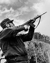 Fidel Castro (1926-2016), Cuban revolutionary and statesman, firing with a machine gun, in the Sierra Maestra (Cuba), 1963. © Gilberto Ante/BFC/Gilberto Ante/Roger-Viollet