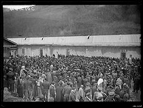 """Spanish Civil War (1936-1939). """"La Retirada"""". Illegal arrival of Spanish militiamen. Soup distribution for the interned soldiers of the government army. Prats-de-Mollo-la-Preste camp (France), on February 1st, 1939. Photograph from the Excelsior newspaper. © Excelsior - L'Equipe / Roger-Viollet"""