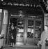 A la porte des grands magasins de la Samaritaine. Paris (Ier arr.), mai 1953. © LAPI / Roger-Viollet