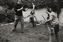 Claude Chabrol (1930-2010), French director, with Stéphane Audran (1932-2018), French actress, playing in the garden with their son Thomas (born in 1963), 1971. © Jean Mounicq / Roger-Viollet