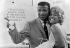 """Sugar Ray Robinson (1920-1989), boxeur américain, et son épouse Edna, avant son combat contre Terry Downes (né en 1936), boxeur anglais, à bord du paquebot """"Queen Elizabeth"""". New York (Etats-Unis), 31 août 1962. © TopFoto / Roger-Viollet"""