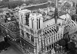 La cathédrale Notre-Dame de Paris (IVème arr.). Vue aérienne oblique vers l'Est, 1951. Photographie de Roger Henrard (1900-1975). Paris, musée Carnavalet. © Roger Henrard / Musée Carnavalet / Roger-Viollet