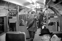 London (England). Interior of tube. © Roger-Viollet