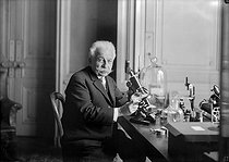 Auguste Lumière (1852-1954), chemist, biologist and pioneer of the French cinema, with the microscope, in its laboratory. 1929 © Jacques Boyer / Roger-Viollet
