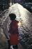 Femme faisant ses courses. Contre-jour à Belleville. Paris, vers 1970. Photographie de Léon Claude Vénézia (1941-2013). © Léon Claude Vénézia/Roger-Viollet