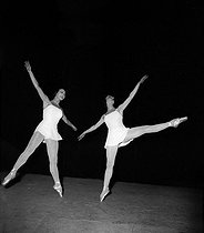 """Concerto Barocco"", ballet choreographed by George Balanchine, composed by Johann Sebastian Bach. Monte Carlo ballets. Rosella Hightower and Pegava, May 1949. © Boris Lipnitzki / Roger-Viollet"