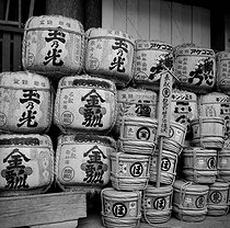 Kyoto (Japan). Rice bales and sake barrels with the name of their donors, in front of the Chion-in temple. March 1962. © Roger-Viollet
