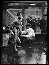 World War I. Swimmer getting prepared before the Swimming across Paris, swimming race taking place between the Pont National and the Pont Mirabeau. Paris, on July 29, 1917. © Excelsior – L'Equipe/Roger-Viollet